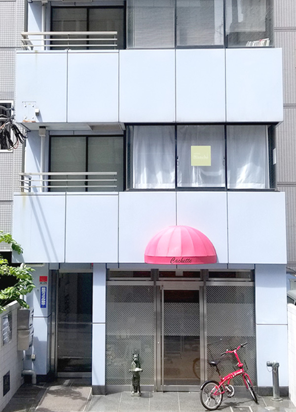 赤いテントのあるビルの8階です。(ビル向かって左側に共有エントランス有)